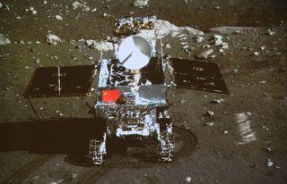 Китайский луноход вышел из строя предположительно из-за столкновения с камнем