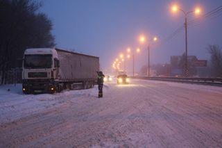Зима. Гаишник, торжествуя...Источник: M4don_info