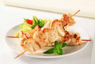Румяный куриный шашлычок на шпажке | Фото: foodhouse24.ru