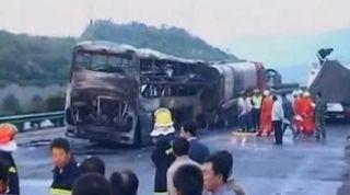 На шоссе в Китае при столкновении автобуса и грузовика погибли 38 человек