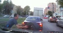 В Самаре водителю мастерски удалось поймать летевшее в его машину колесо