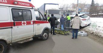 В Новосибирске водителя Lexus зажало в салоне после ДТП с КАМАЗом