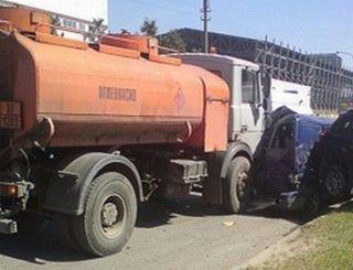 На Московском шоссе бензовоз протаранил 9 автомобилей, пострадала девушка