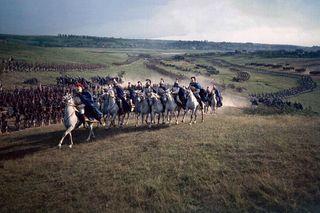 Атака под Бородино. В этом кавалерийском полку позднее служил Фёдор Бондарчук. Фото: mosfilm.ru