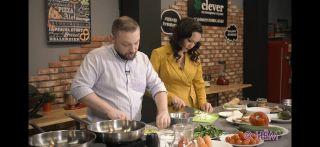 Александр Коптель готовит ужин идает интервью Фото: Youtube