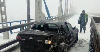 Камера зафиксировала крушение авто на Русском мосту во Владивостоке