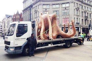 Гигантский осьминог стал причиной транспортной пробки в центре Лондона