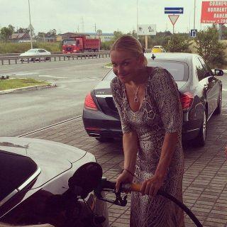 Анастасия Волочкова показала, как заправляет автомобиль