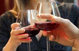 Французам надо запретить пить вино на рабочем месте