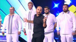 Демис Карибидис на сцене КВН с командой «БАК-Соучастники» в 2017 году. Источник: YouTube
