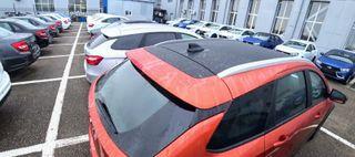 Парковка удилера забита автомобилями. Кадр: «AvtoVAZ News, ВКонтакте»