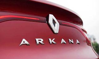 Фото: Renault Arkana— лого иназвание накрышке багажника, источник: Renault