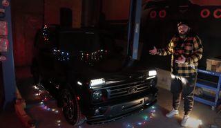 Втрадициях рекламы LADA получился «чёрный-чёрный» автомобиль. Кадр: YouTube-канал ASATA channel