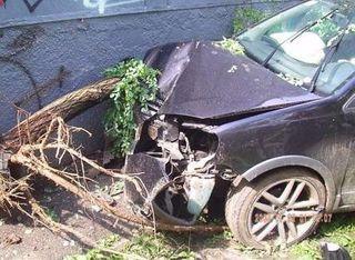 Пьяная жительница Краснодарского края въехала на автомобиле в жилой дом