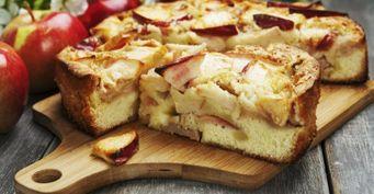 Десерт на сковороде: Нежный яблочный пирог сорехами