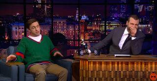 Ургант не сдержал смеха во время рассказа о забое пушного зверя. Источник: YouTube / Вечерний Ургант