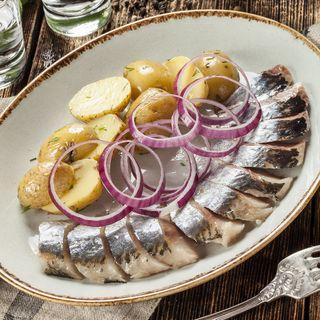 Соленая селедочка с картошечкой \ Источник: colorpict.com