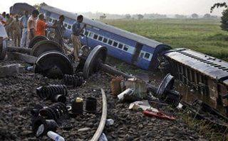 В Индии в результате столкновения поезда с джипом погибли 13 человек