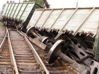 Три вагона грузового поезда сошли с рельсов в Забайкалье