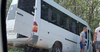 Водитель микроавтобуса пострадал в ДТП на трассе в Крыму