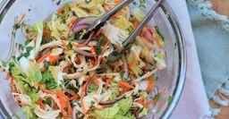 Легкий салат из пекинской капусты с фруктами и курицей