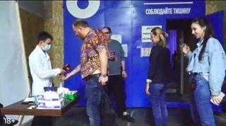 Накадре видно, что вмаске только дежурный человек, аостальные, включая Ивлева, без масок иперчаток. Источник: youtube.com