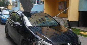 «Акулий плавник»: Коммунальщики пробили крышу припаркованному Volkswagen