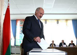 Лукашенко голосует за Александра Григорьевича // Фото: ИА«Новороссия»