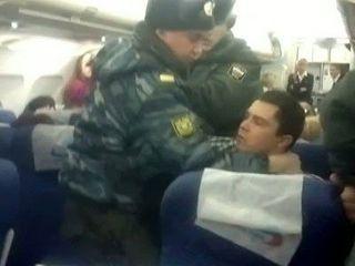 Из-за драки на борту самолет совершил экстренную посадку в Астрахани