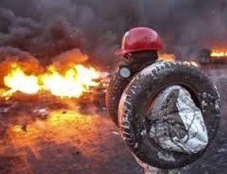 На Майдане снова жгут шины, происходят драки