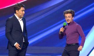 Азамат Мусагалиев и Денис Дорохов на сцене КВН. Источник: YouTube