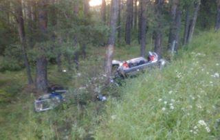 В Свердловской области ВАЗ влетел в дерево, погибли двое