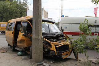 В Ростове-на-Дону маршрутка врезалась в столб: пострадали 2 пассажира