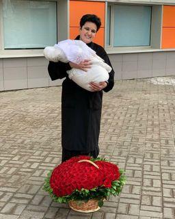 Фото: Муж Елены подарил ейогромную корзину красных роз, @golunovaofficial