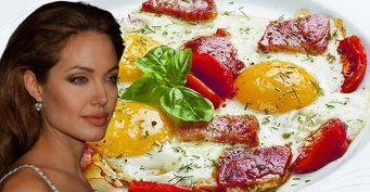 «Звёздный» рецепт отАнджелины Джоли: Яичница сбеконом
