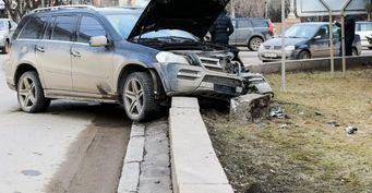 В Волгограде Mercedes протаранил ограждение