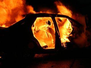 В центре Омска прошлой ночью сгорел припаркованный Lexus