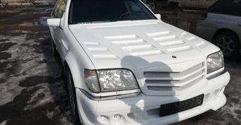 «Отойдите от него, а то аэродинамикой засосёт»: в сети «разнесли» Mercedes C-class в обвесе под «Брабус»