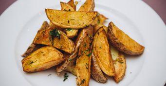 Жареная картошка «вмундире» с яблочным соусом