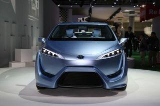 Toyota представила внешний вид серийного водородного седана FCV
