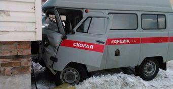 Машина скорой помощи врезалась в жилой дом в Ульяновске