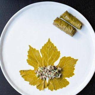 Заворачиваем начинку ввиноградные листья— так просто | Фото: Instagram @dolma1505