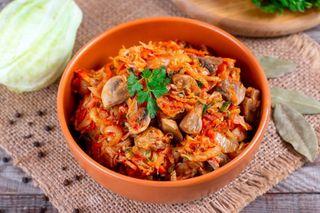 Тушеная капуста с грибами\Источник: happybones.ru
