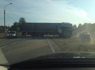 Под Петрозаводском в результате аварии перегородила дорогу