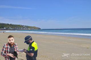Наотдыхе лучше узнать оправилах пляжа заранее. Изображение: Pokatim, Виктор Артемьев