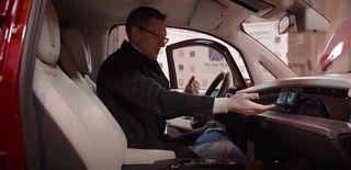 Места внутри высокому блогеру хватает, подушка безопасности будет, амультимедийный руль икрепеж для смартфона его удивили. Фрагмент: YouTube-канал AcademeG