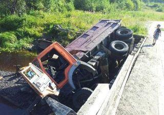 Под Петрозаводском «КамАЗ» со щебнем упал с моста
