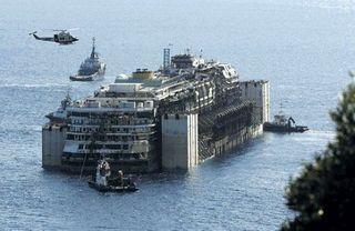 Началась буксировка в порт Генуи пассажирского лайнера Costa Concordia