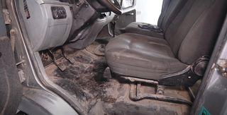 «Убитое» изасаленное авто внутри. Кадр: YouTube-канал Garage54 Detail