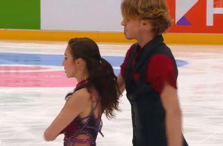 Оторвавшаяся лямка на платье Дэвис. Скриншот из видео «Первого канала»